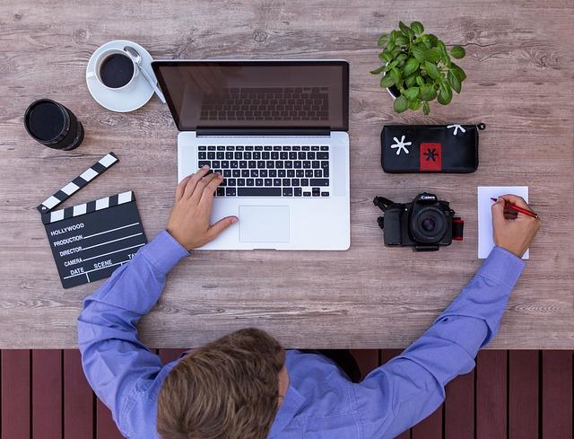 パソコンで仕事をする男性の画像