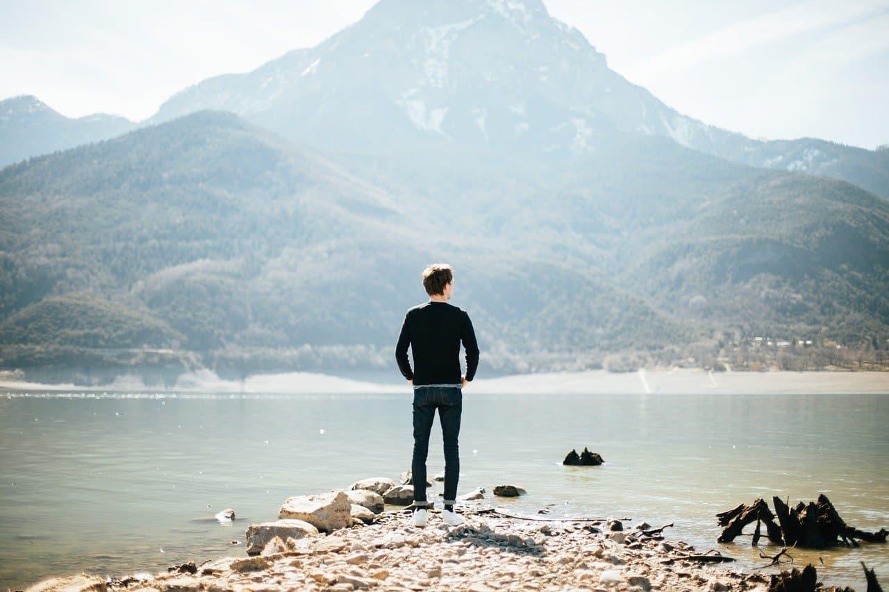 湖を眺める男性